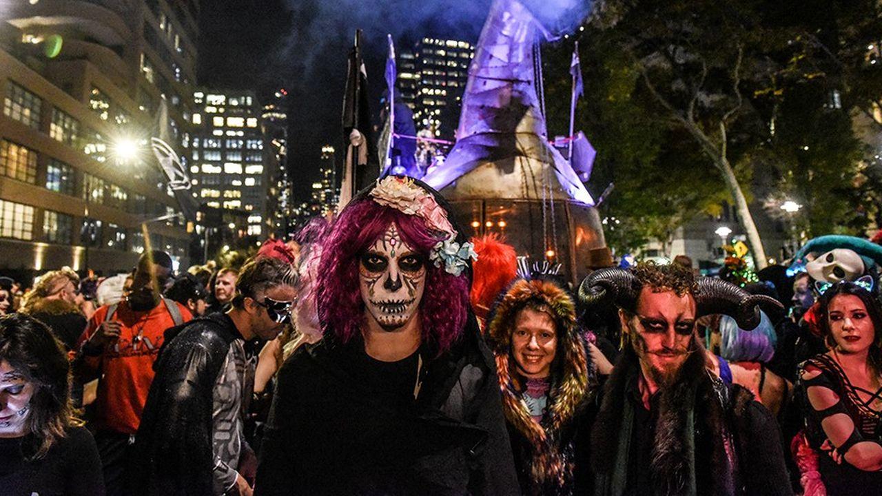 La grande parade de New York pour Halloween voit chaque année, le 31octobre, des milliers de personnes défiler en costume de fantôme. Il est vrai que près de la moitié des Américains croient aux revenants.