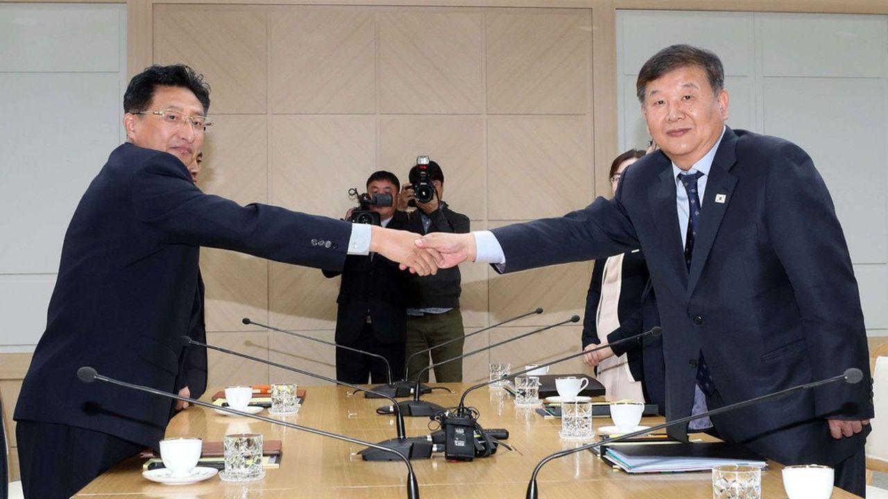 Le vice-ministre des Sports de Corée du Sud (à gauche) et son homologue nord-coréen ont acté leur volonté commune ce vendredi dans la ville frontière de Kaesong