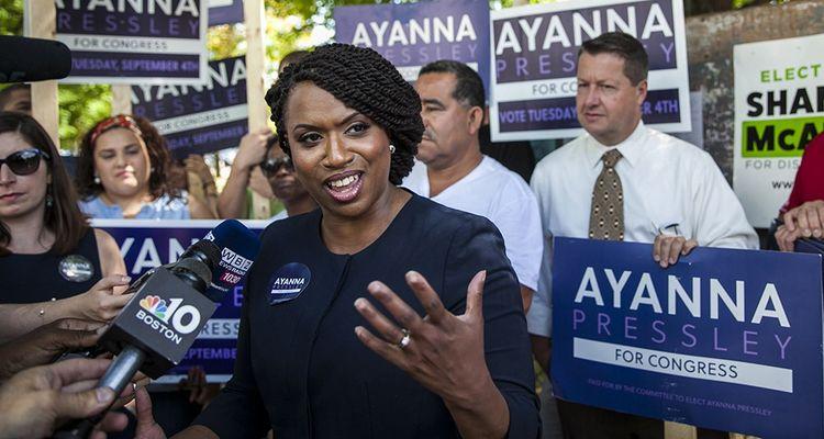 Cette Afro-Américaine de quarante-quatre ans, conseillère municipale de Boston, a délogé une pointure du parti démocrate dans sa circonscription avec une campagne très à gauche.