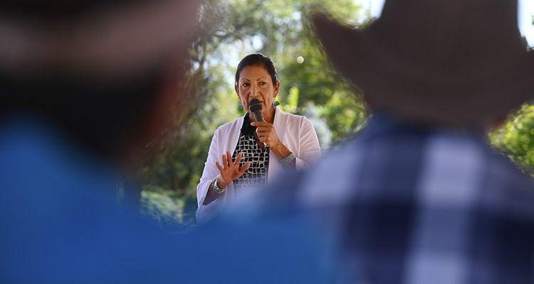 A cinquante-sept ans, cette démocrate du Nouveau-Mexique, qui a soutenu John Kerry et Barack Obama, farouche opposante de Trump, pourrait être la première femme indienne au Congrès