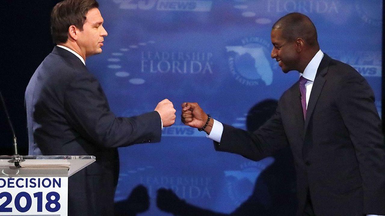 Les candidats au poste de gouverneur en Floride, le républicain Ron DeSantis et le démocrate Andrew Gillum, se saluent à l'issue d'un débat à Broward College.