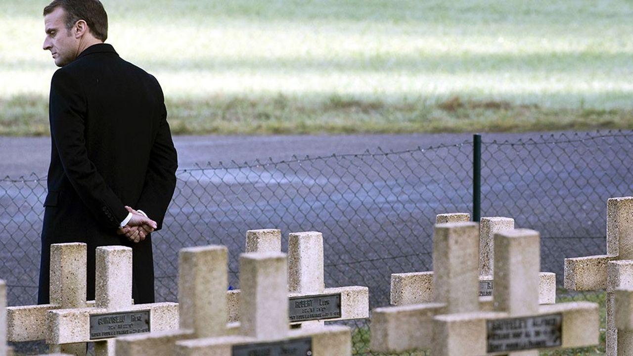 Emmanuel Macron mardi près de la tombe du lieutenant Robert Porchon, frère d'armes de l'écrivain Maurice Genevoix qui va entrer au Panthéon. Peu avant, le président avait mis en garde contre le retour du nationalisme en Europe.