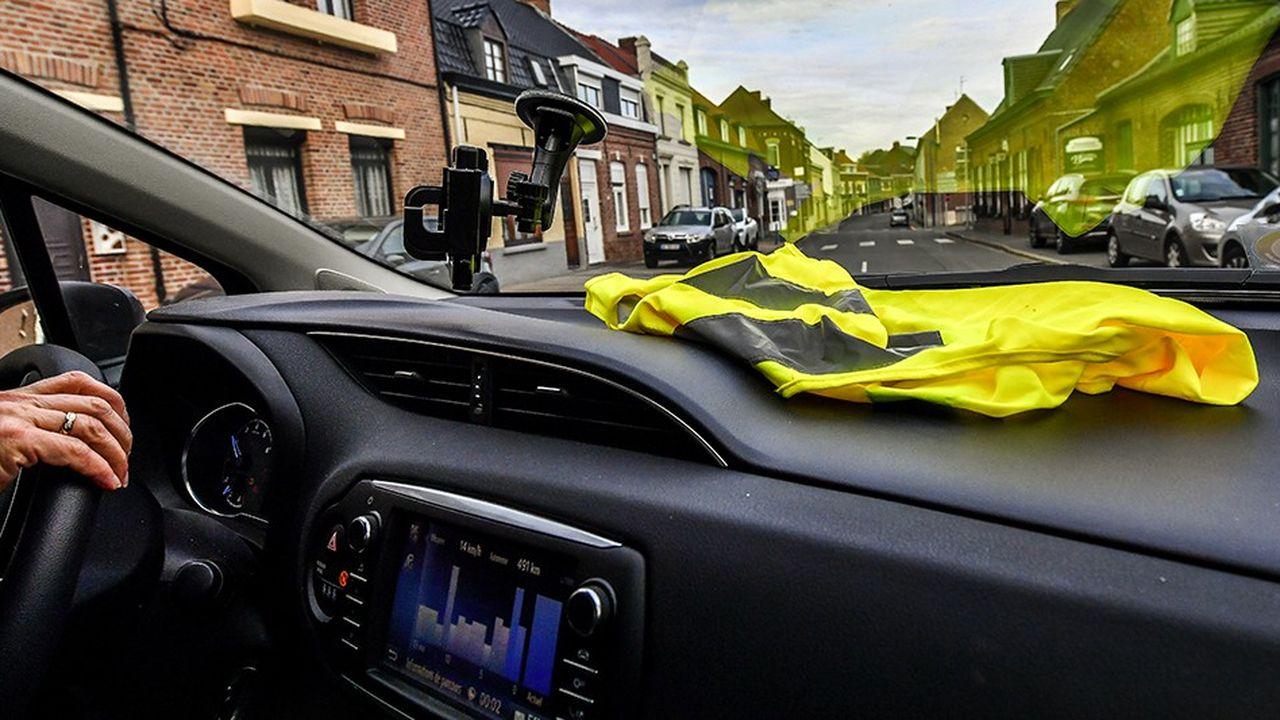 De nombreux automobilistes affichent sur leurs tableaux de bord un gilet jaune pour protester contre la hausse du prix des carburants.