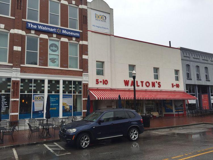 Sur la place principale de cette petite ville de 50.000 habitants, on trouve le musée Walmart qui abrita le premier magasin de Sam Walton, et à côté le café Walmart