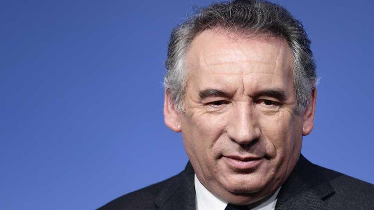 François Bayrou appelle l'exécutif à «réfléchir» avant de relever les taxes sur le carburant en janvier prochain, cibles de la contestation populaire des «Gilets jaunes» depuis cinq jours.