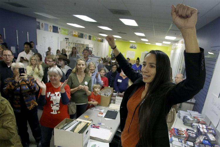 Dans le Kansas, la candidate démocrate à la Chambre des représentants Sharice Davids est amérindienne et ouvertement lesbienne.