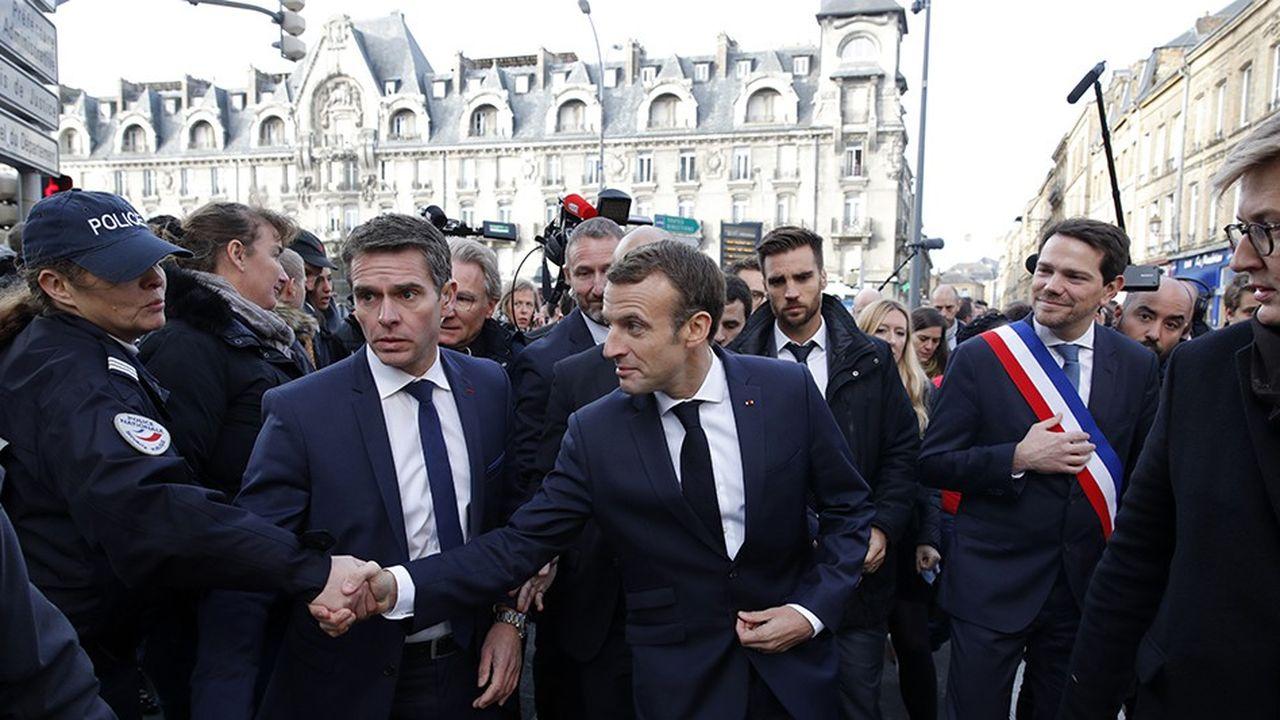 Emmanuel Macron s'est fait interpeller mercredi matin dans les rues de Charleville-Mézières avant le Conseil des ministres.