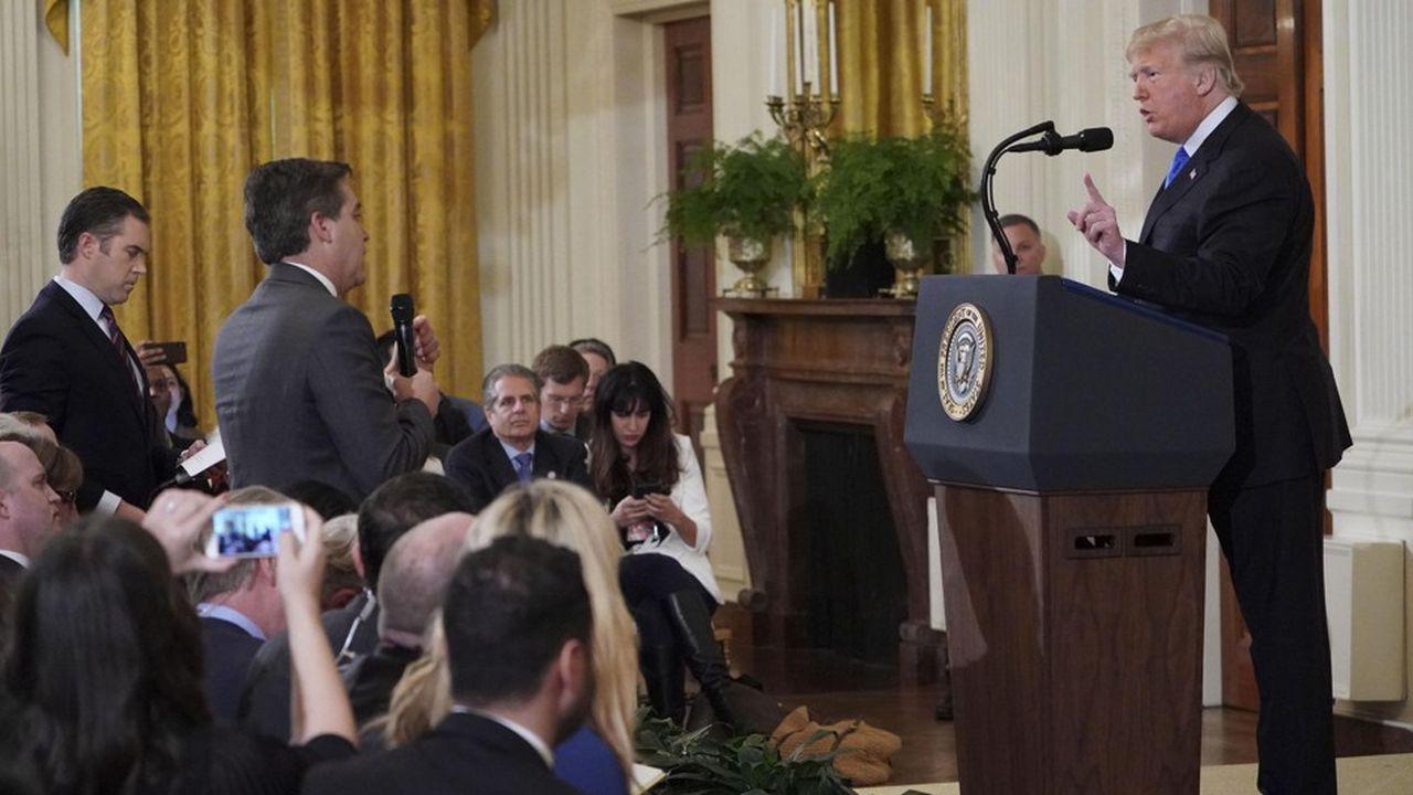 Si le journaliste de CNN Jim Acosta a bien refusé de céder le micro à une stagiaire de la Maison Blanche, il réfute avoir eu un geste déplacé.