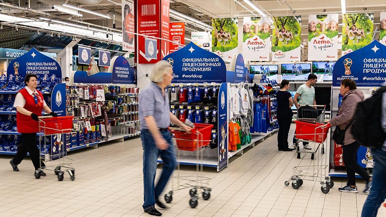 La mise en avant dans les rayons d'Auchan des produits dérivés de la Coupe du monde de football en Russie l'été dernier n'a pas suffi à enrayer le recul du distributeur français dans le pays.