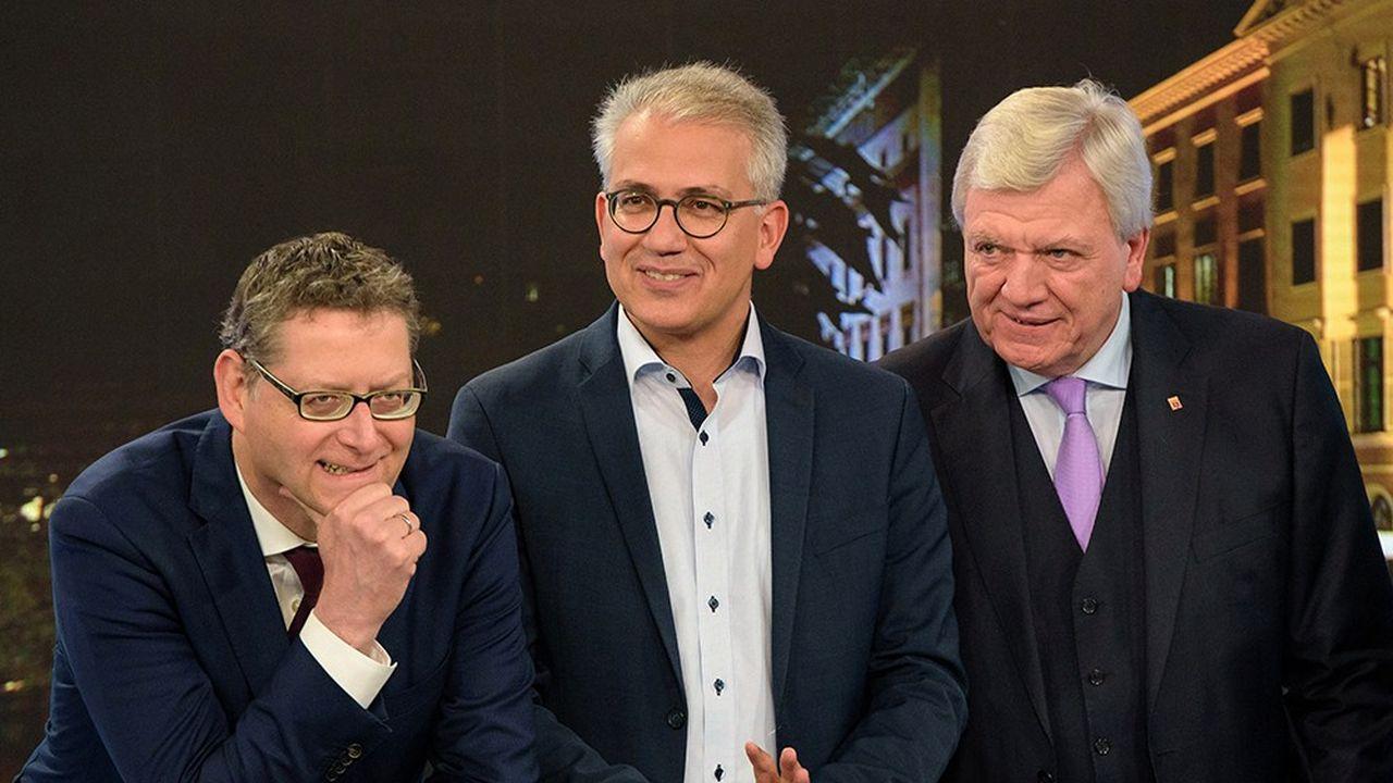 Tête de liste du SPD en Hesse, Thorsten Schäfer-Gümbel (à gauche) pourrait ravir au chrétien-démocrate Volker Bouffier (à droite) la présidence du Land de Hesse. Faiseur de rois, le leader des Verts dans la région Tarek Al-Wazir (au centre) est très courtisé.