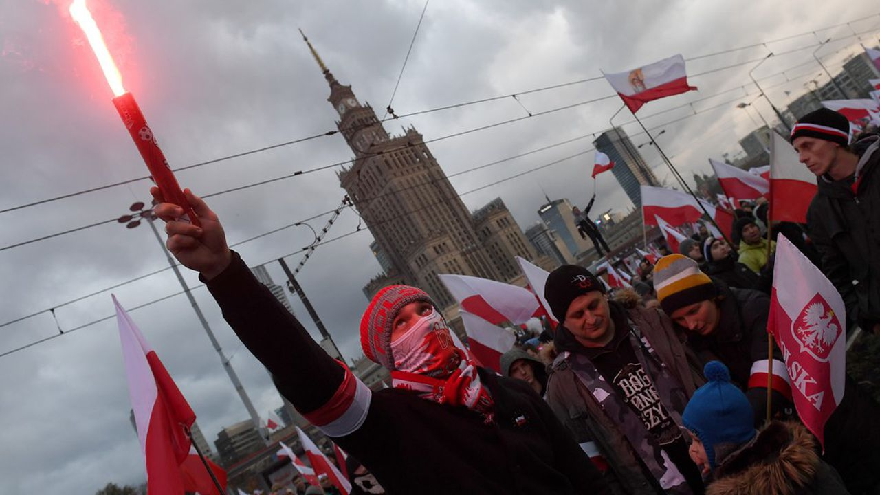La marche des nationalistes, qui a lieu chaque année pour célébrer l'indépendance du pays, a été interdite par la maire de Varsovie cette année. Mais cette décision a été invalidée par la justice.