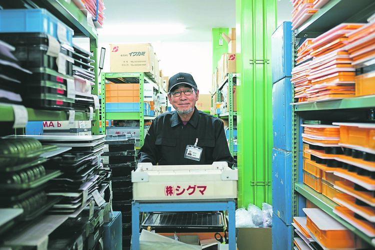 Endo, 67 ans, a travaillé pour Sigma jusqu'à 65 ans. Il y est revenu avec un contrat à temps partiel renouvelable chaque année, face à la pénurie de main d'oeuvre au Japon.