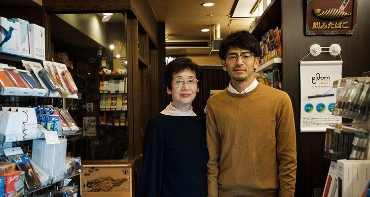 Yamato, 75 ans, avec son fils, 41, ans tient un magasin de tabac. Comme il s'agit d'un business familial, elle travaillera « jusqu'à la fin »