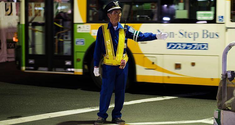Un agent de sécurité pour une entreprise de construction. Les entreprises de sécurité ont beaucoup d'agents âgés dépourvus de retraite ou avec des pensions très faibles