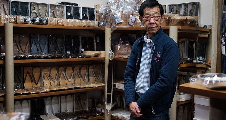 Azumaya, 65 ans, travaille encore dans son petit magasin de chaussures à Tokyo. Il veut continuer de travailler tant qu'il le peut d'autant qu'il ne subit pas de stress dans son environnement
