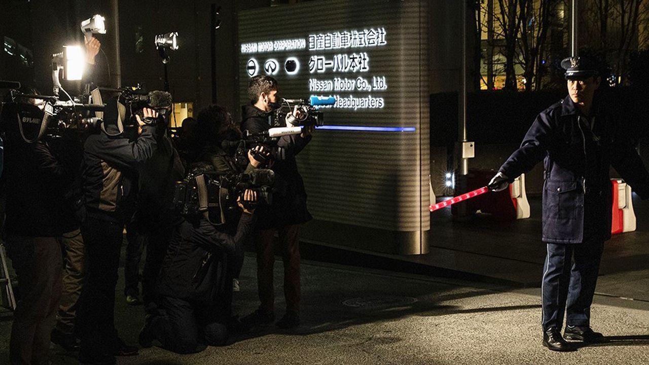 Journalistes à l'entrée du siège de Nissan Motor Co. à Yokohama (Japon), le 22 novembre 2018. L'affaire Carlos Ghosn a éclaté dans un contexte de tension paroxystique du pouvoir binational.