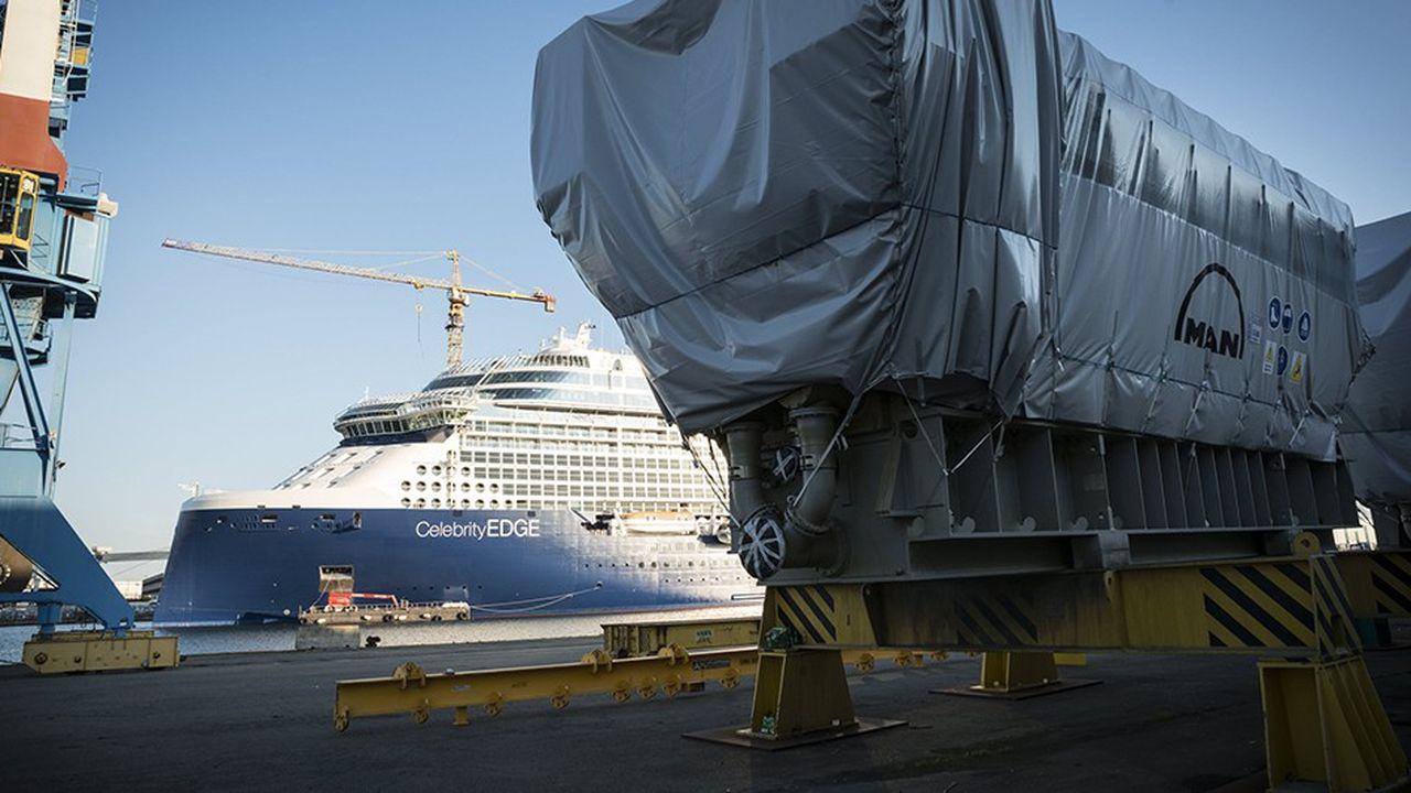 Sur un quai, un moteur du « Celebrity Edge », navire de croisière de la compagnie Celebrity Cruises, en cours de finition dans les chantiers de Saint-Nazaire.