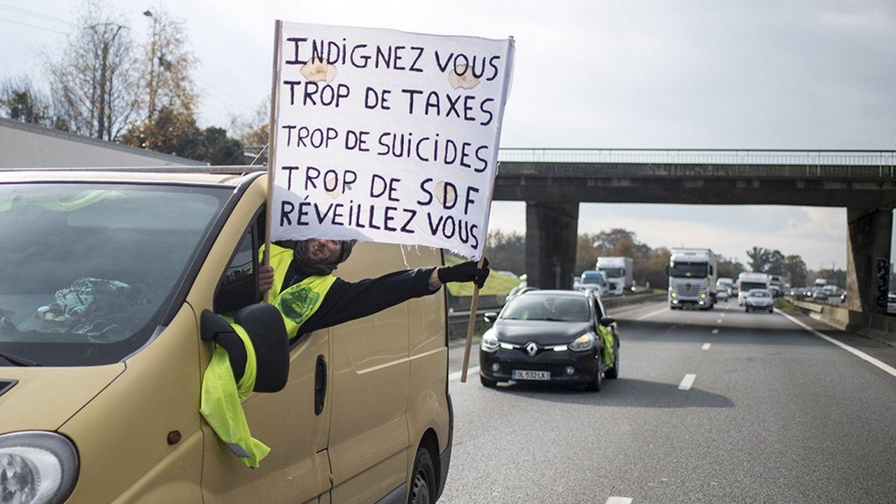 A Rennes, une banderole repérée par l'AFP semble résumer la pluralité de l'appel des «gilets jaunes»: «Indignez-vous, trop de taxes, trop de suicides, trop de SDF, réveillez-vous».