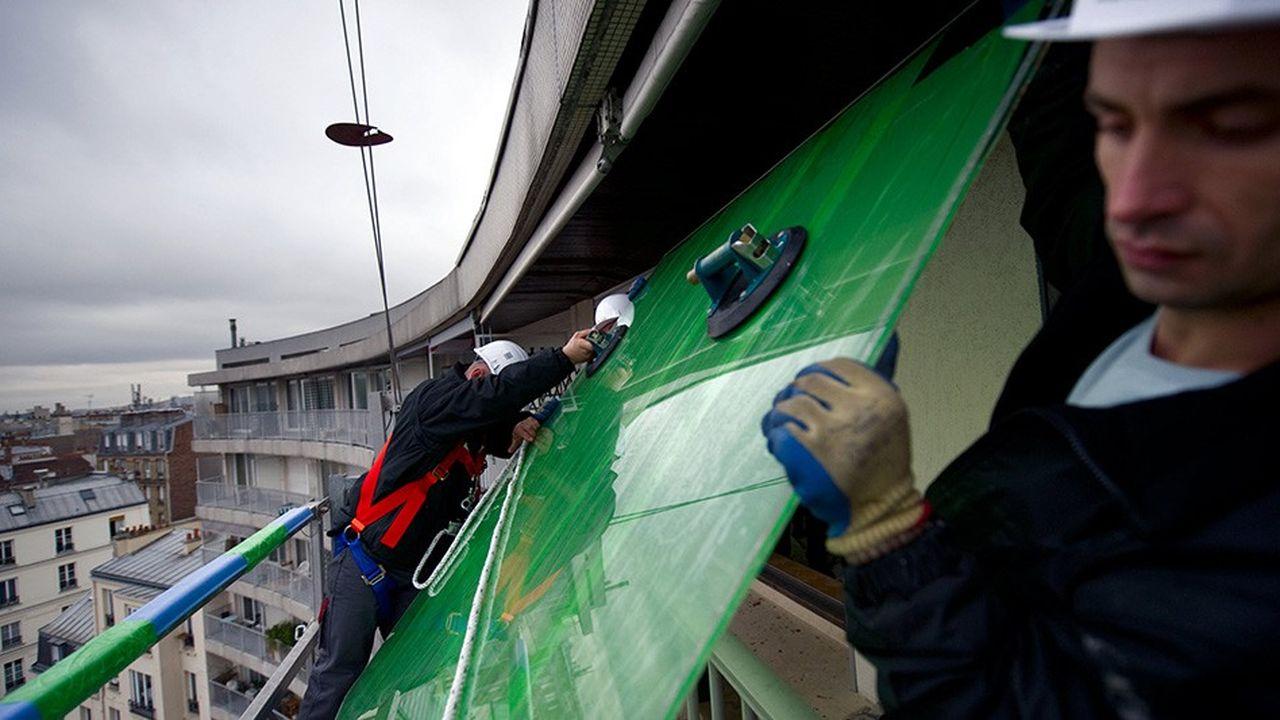 Remplacement de fenêtres par du double vitrage, Lorenove. La copropriété Fontaine d'Aligre s'est engagée en 2010 dans le projet d'une rénovation thermique visant à réduire de moitié la consommation énergétique. Isolation, économie d'énergie, développement durable Plan Climat Energie de Paris BTP, ouvriers au travail