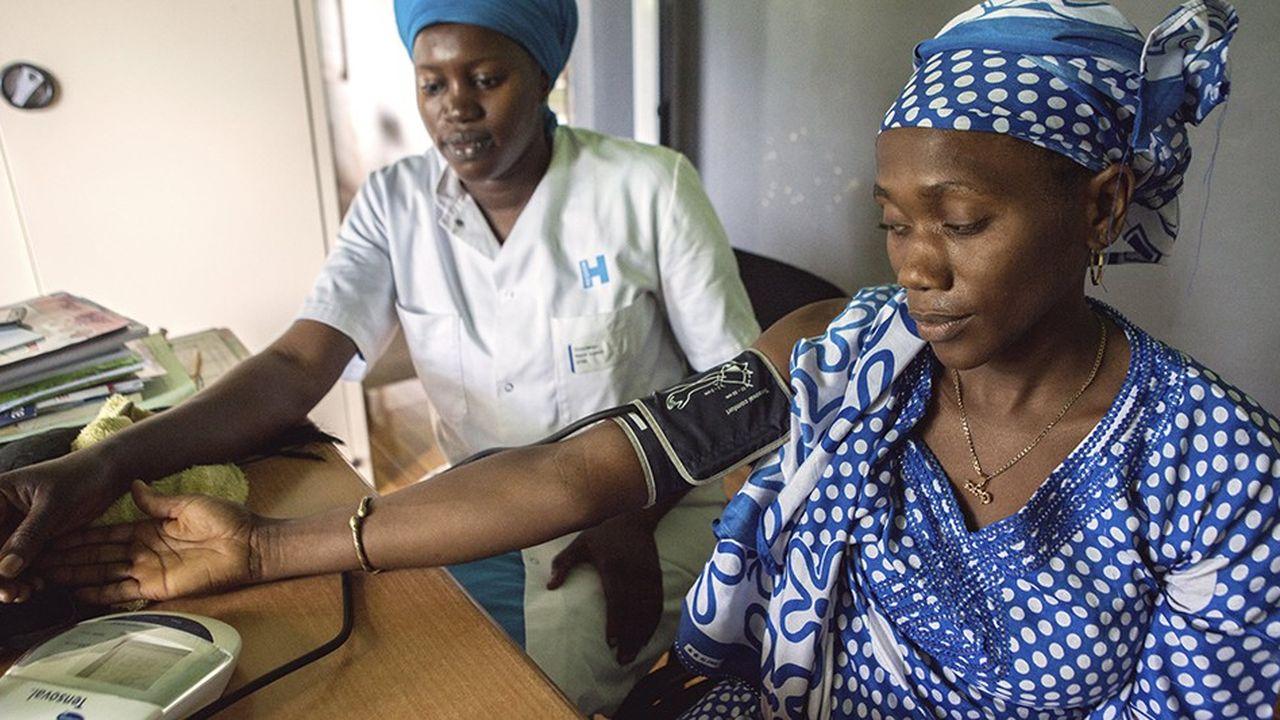 Une femme enceinte se fait examiner dans une clinique du Sénégal, qui héberge le premier forum Galien du continent mardi et mercredi.