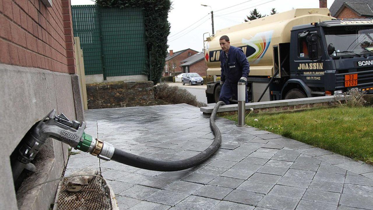 Le logement constitue avec le transport le grand gisement pour réduire la consommation d'énergie fossile, avec l'ambition de remplacer les chaudières au fioul des 12% de ménages ainsi chauffés par des pompes à chaleur, du gaz ou de la biomasse.
