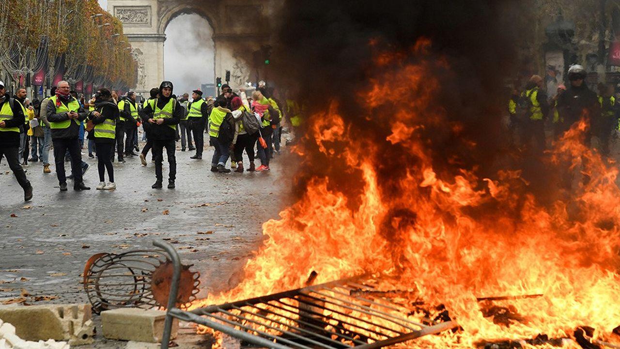 Pour le journal allemand Taz, «les Champs-Elysées luisent de jaune»