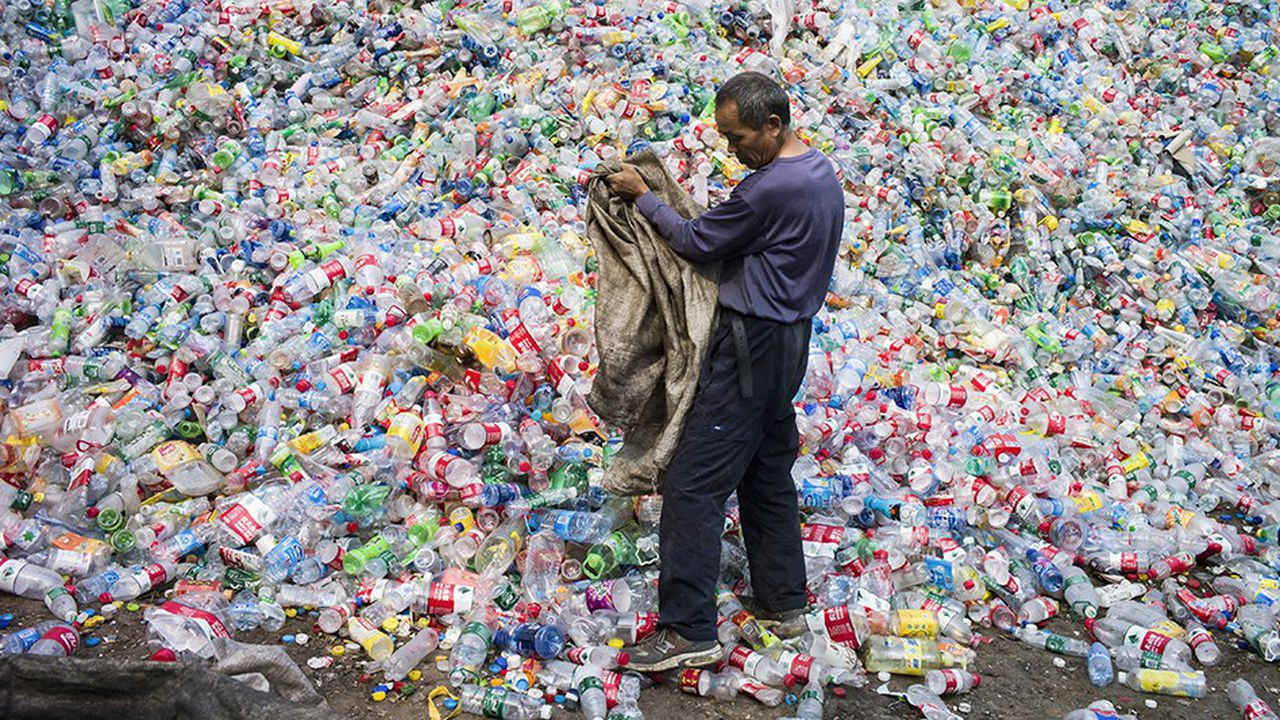 Des bouteilles de plastique dédiées au recyclage à Dong Xiao Kou, près de Pékin.