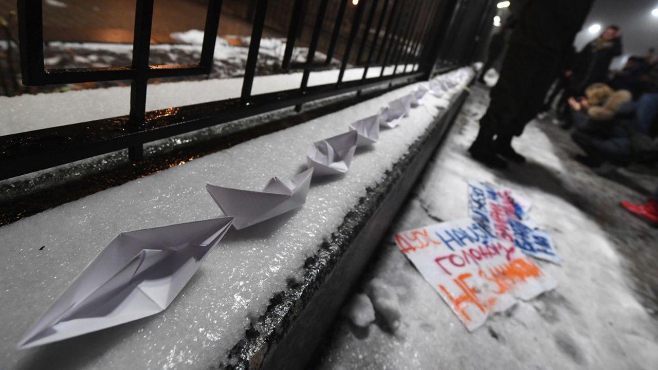 Après la capture de navires ukrainiens par la marine militaire russe, des protestations ont eu lieu dès dimanche soir en Ukraine. Des manifestants ont ainsi déposé des bateaux en papier devant l'ambassade de la fédération de Russie.