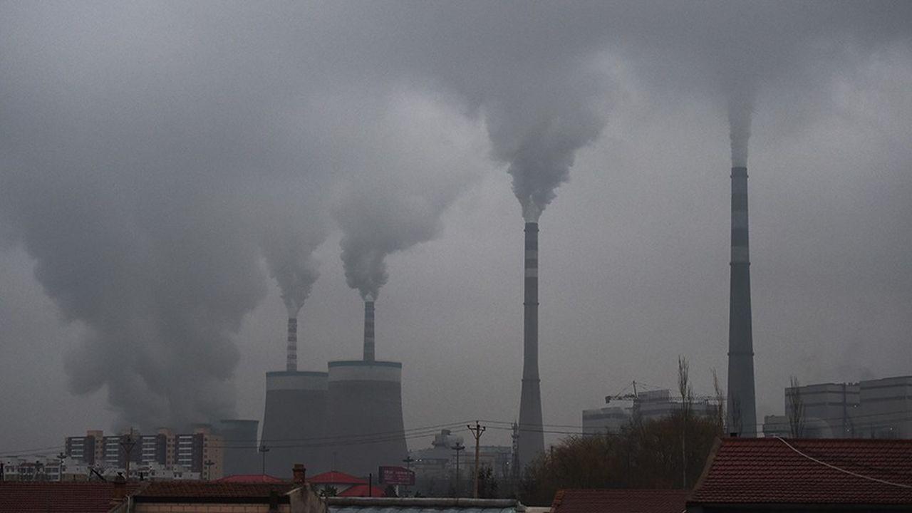Des ONG mettent en avant la hausse des financements accordés par les banques françaises à des entreprises actives dans le charbon depuis la COP21.