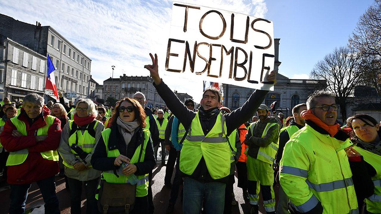 En perte de vitesse sur le terrain, le mouvement bénéficie d'un soutien populaire en hausse (ci-dessus lors d'une manifestation à Rochefort).