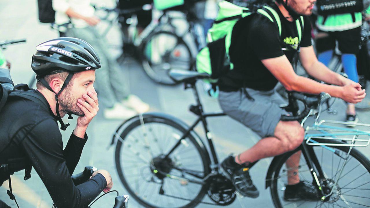 Le 11août 2018, sur la place de la République, à Paris, des livreurs à vélo Deliveroo manifestent contre les changements de tarifs imposés par la plateforme.