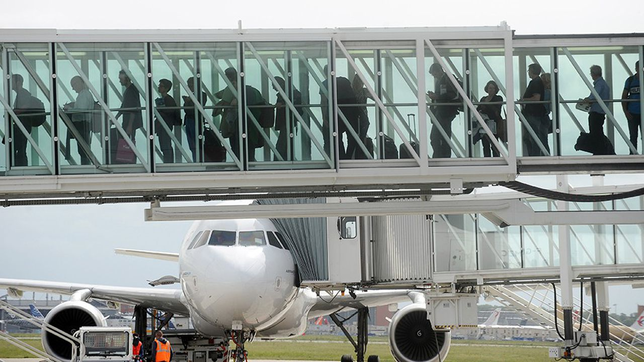 Des passagers à l'aéroport de Toulouse-Blagnac.