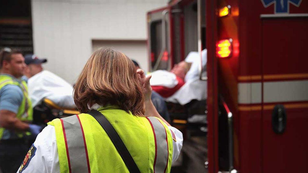 Les pompiers transportent une personne victime d'une overdose à Rockford, en juillet2017