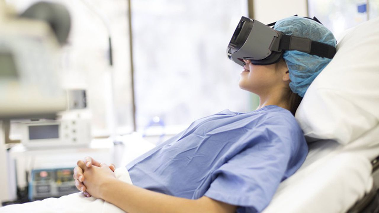 La polyclinique Jean Villar à Bordeaux expérimente, pour la première fois, l'utilisation d'un casque de réalité virtuelle pour que la maman garde le contact avec son nouveau-né en salle de réveil.