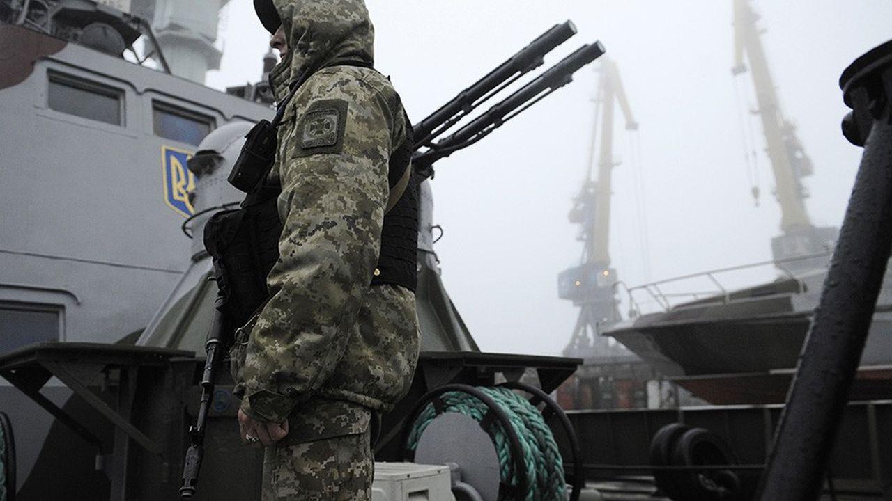 Soldat ukrainien à bord du navire militaire 'Donbass', dans le port de Marioupol, le 27 novembre. En construisant un pont à travers le détroit de Kerch,la Russie s'est arrogé un droit de contrôle sur l'ensemble de la mer d'Azov, la navigation ukrainienne dépendant du bon vouloir de Moscou.