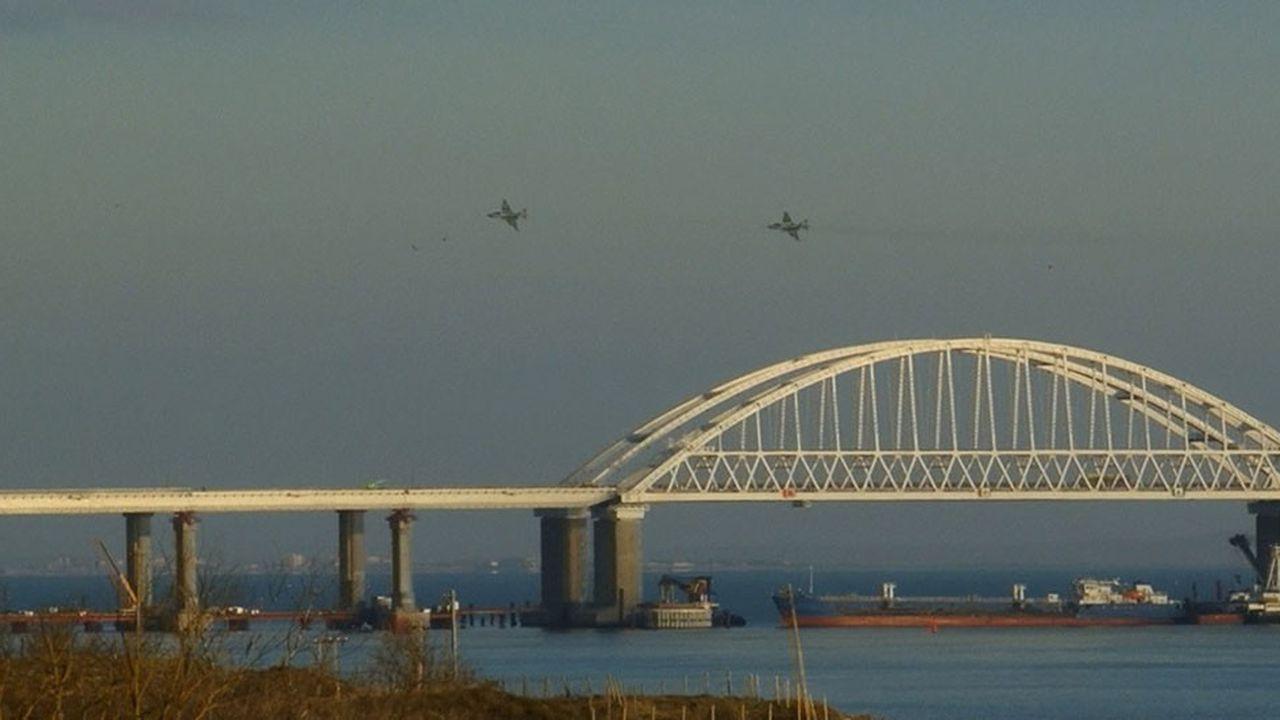 Des avions russes survolaient lundi le pont construit par Moscou dans le détroit de Kertch qui relie la Mer d'Azov et la Mer Noire. La fermeture de ce détroit de 5 à 15km de large permettrait d'étrangler les ports orientaux de l'Ukraine.