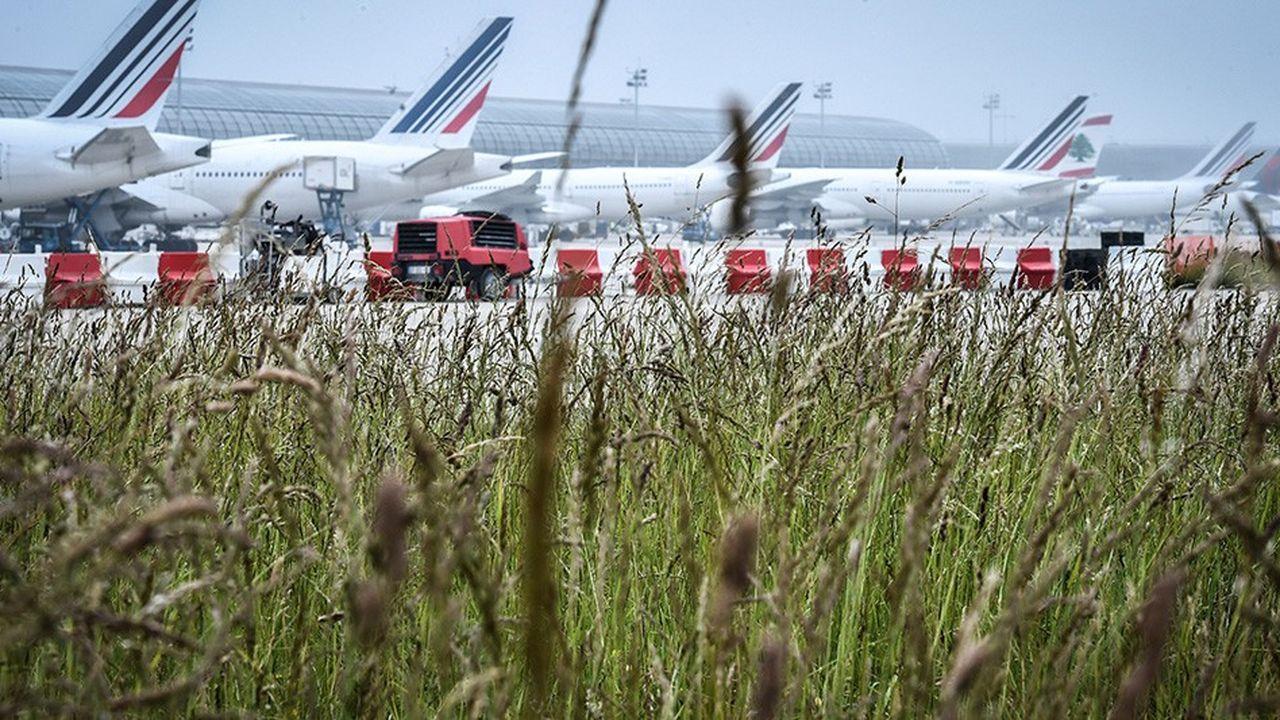Les solutions pour réduire l'empreinte carbone des aéroports sont aussi sur le tarmac. Les avions consomment trop de kérosène au sol quand les portes ne sont pas prêtes et en cas d'embouteillage au décollage.