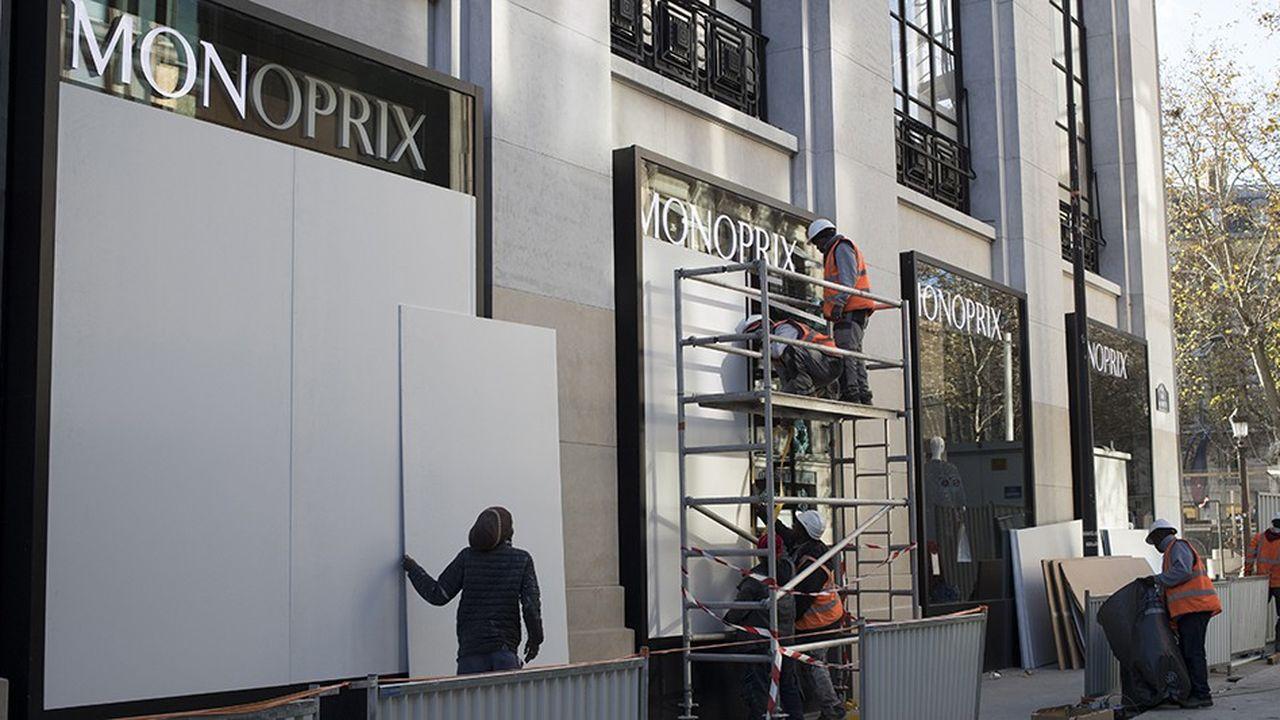 Pour essayer de se prémunir des vitrines brisées, certains magasins avaient anticipé dès le vendredi 30novembre en les protégeant, comme ici sur les Champs-Elysées.
