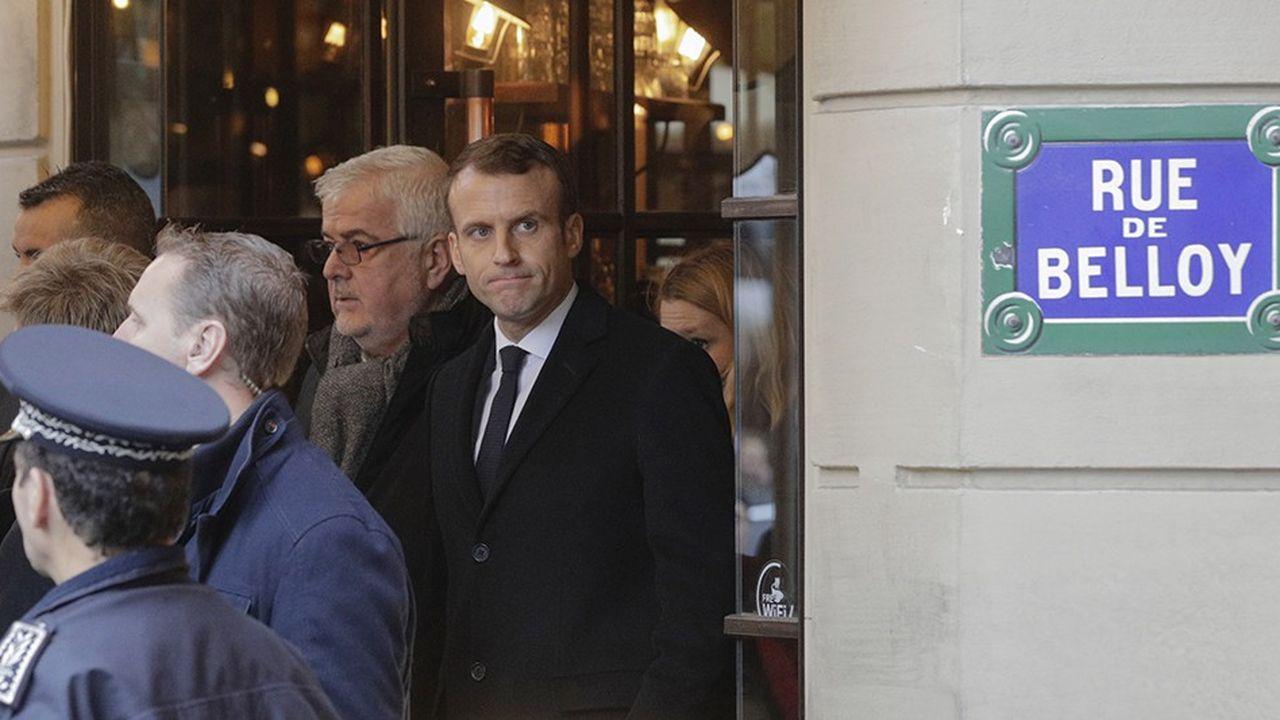 Emmanuel Macron s'est rendu dimanche matin dans le quartier de la place de l'Etoile où se sont concentrées une grande partie des violencessamedi