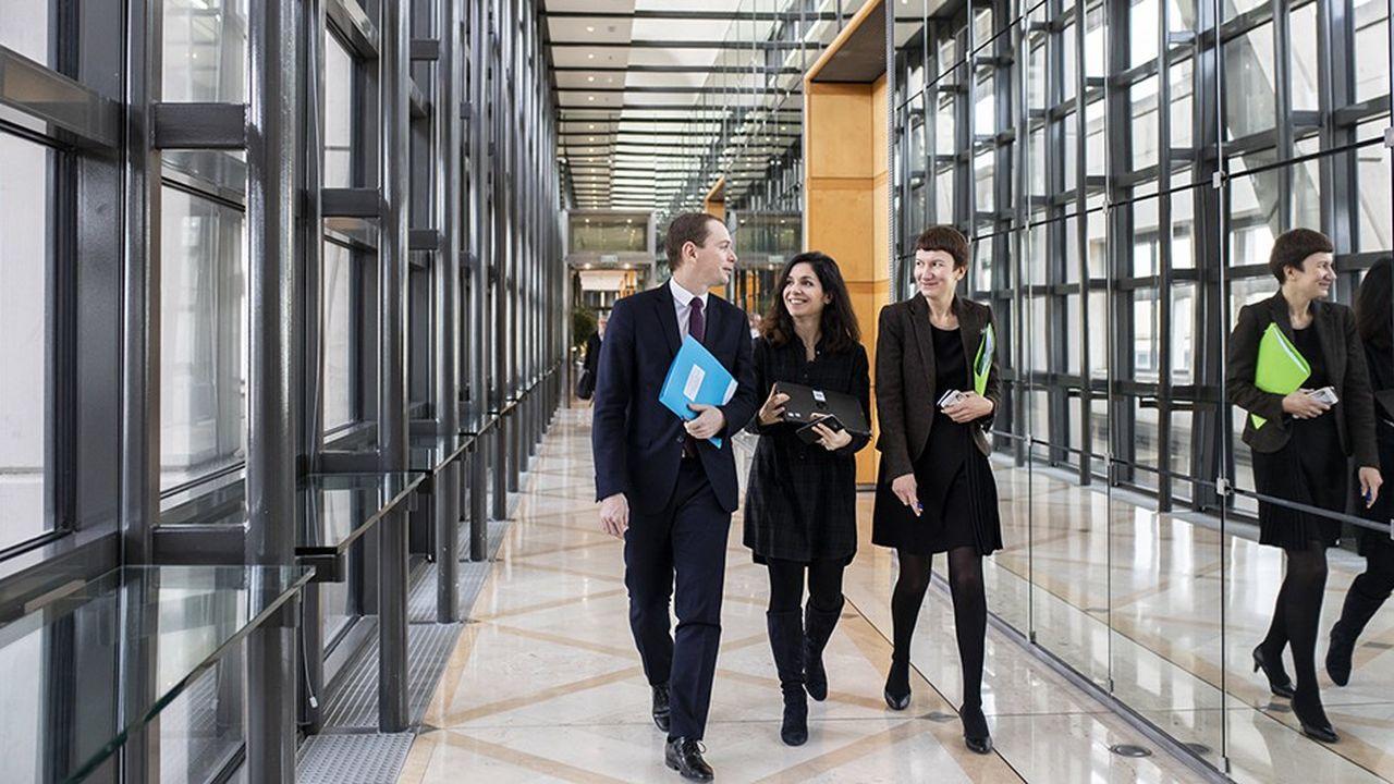 Olivier Dussopt, secrétaire d'Etat à la fonction publique, avec deux membres de son cabinet, à Bercy ce vendredi matin.