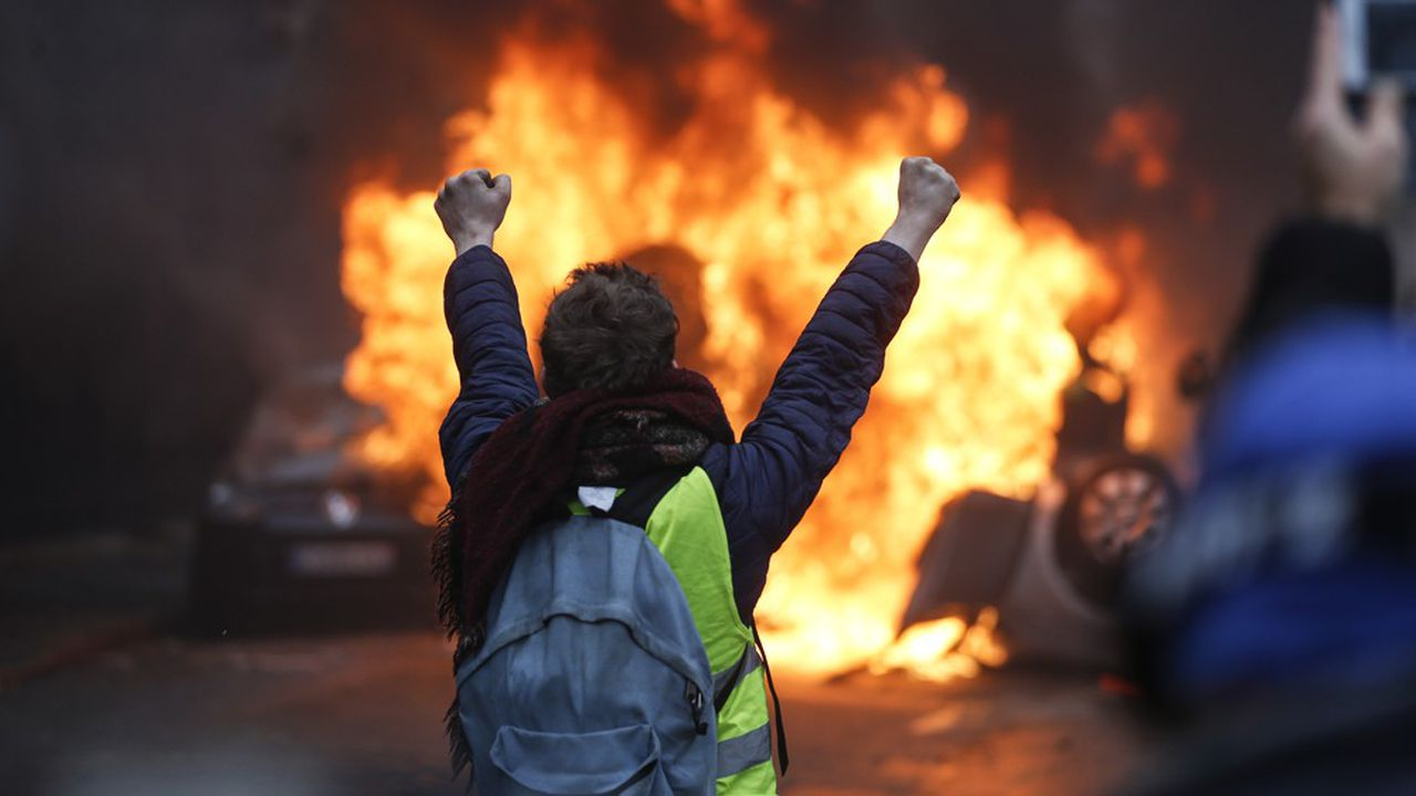 Après les violents heurts qui ont éclaté à Paris, des syndicats de police demandent au gouvernement de «décréter l'Etat d'urgence».