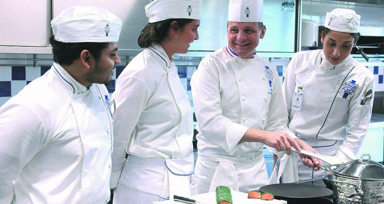 Le chef Eric Briffard, chef d'établissement et directeur des Arts Culinaires du Cordon Bleu Paris au milieu d'élèves.