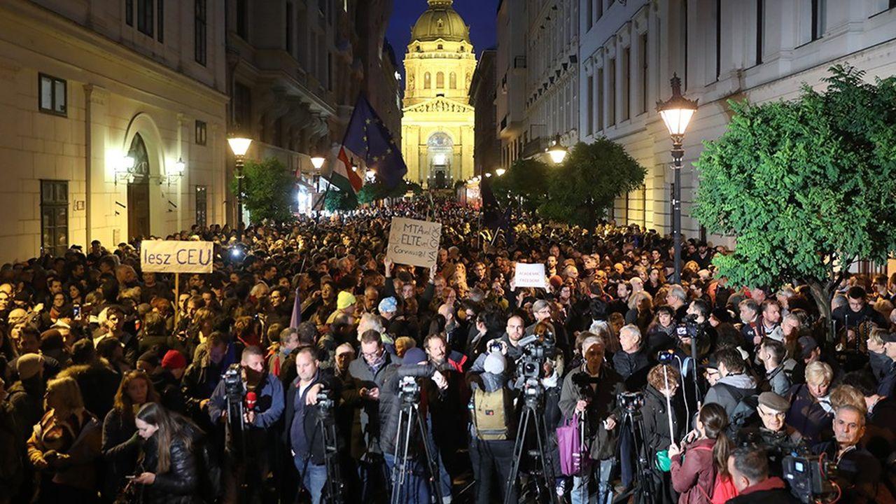 Les manifestations n'ont pas cessé depuisle printemps 2017 pour défendre l'Université d'Europe centrale (CEU) menacée par le gouvernement de Viktor Orbán. Ici le 26octobre 2018.