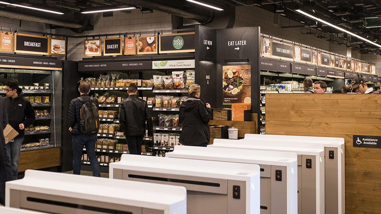 Les portiques d'entrée du magasin Amazon Go de Seattle, où les clients scannent leur téléphone portable pour pouvoir commencer leurs achats.