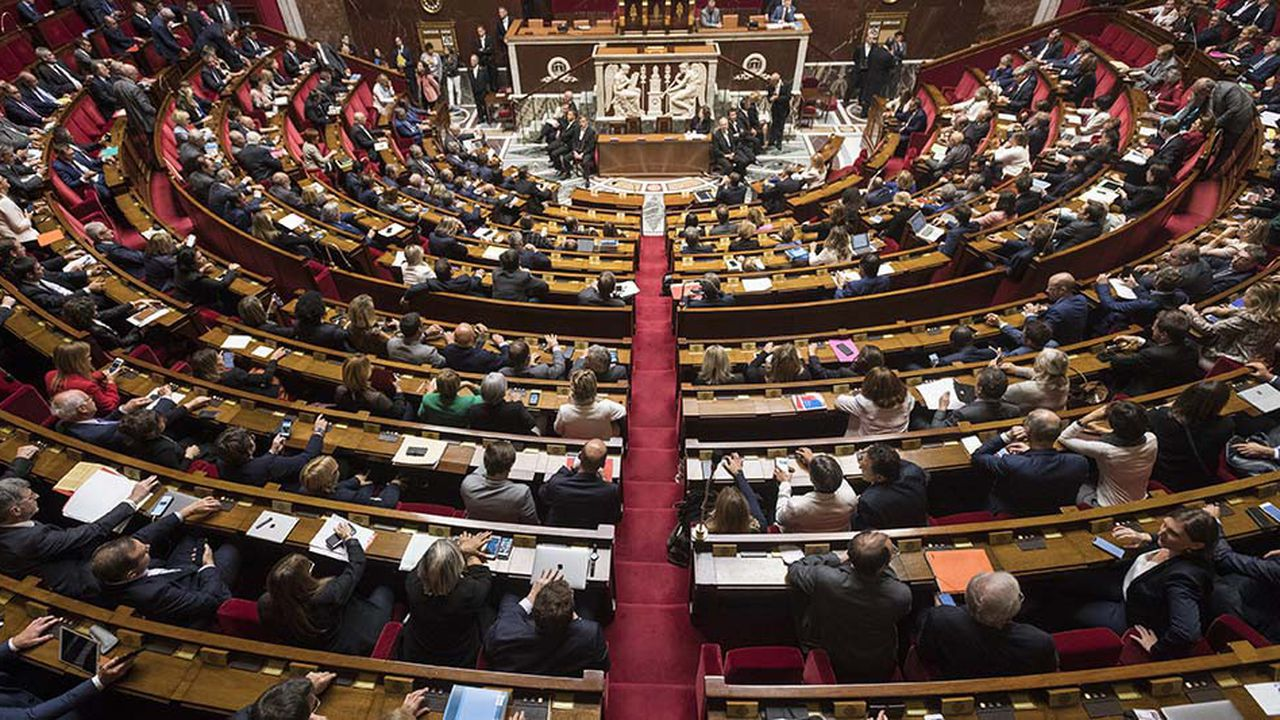 Les annonces du gouvernement pour apaiser la crise des «gilets jaunes» ont été jugées insuffisantes par les oppositions.