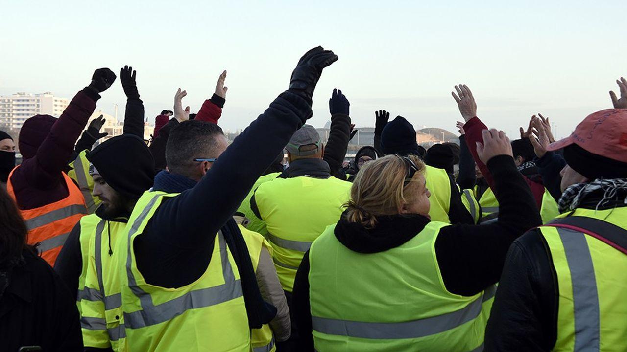 Les indépendants des travaux publics qui bloquent depuis sept jours le dépôt pétrolier de Lorient (Morbihan) ont décidé de maintenir leur action
