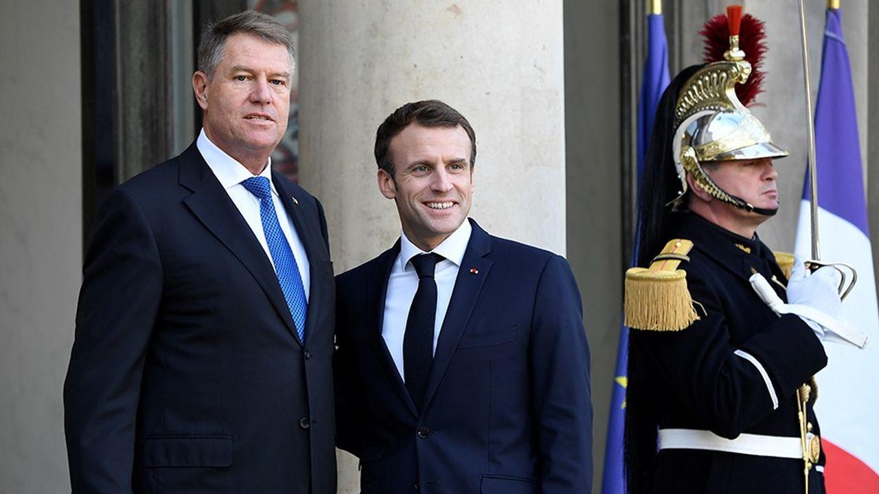 Emmanuel Macron et le président roumain, Klaus Iohannis, sur le perron de l'Elysée.