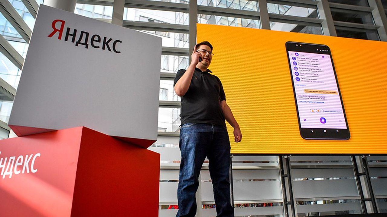 Fyodor Yezhov, principal dirigeant de Yandex, présente le smartphone lancé mercredi par le géant russe.