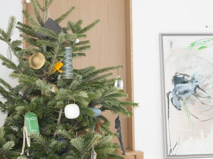 Le sapin décoré d'objets des artistes de la galerie