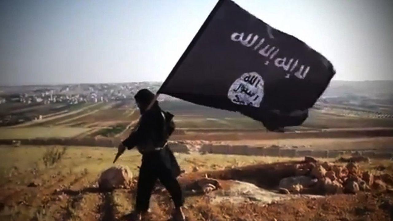 En 2013, un membre d'un groupe terroriste affilié à l'Etat islamique en Irak et au Levant (Isis, selon l'acronyme anglais) agite le drapeau noir avec des inscriptions en blanc du groupe terroriste dans la province d'Anbar (Irak) quelques mois avant l'autoproclamation d'un éphémère califat par Al Baghdadi.
